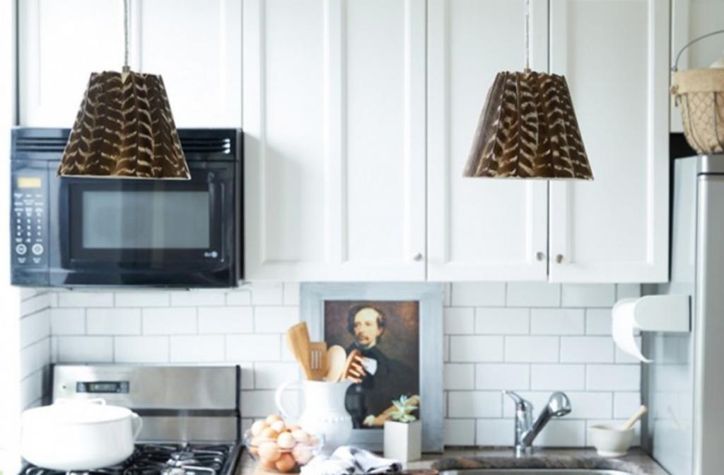Сделала для новой кухни необычные абажуры с перьями. Это необычное решение и смотрится невероятно стильно
