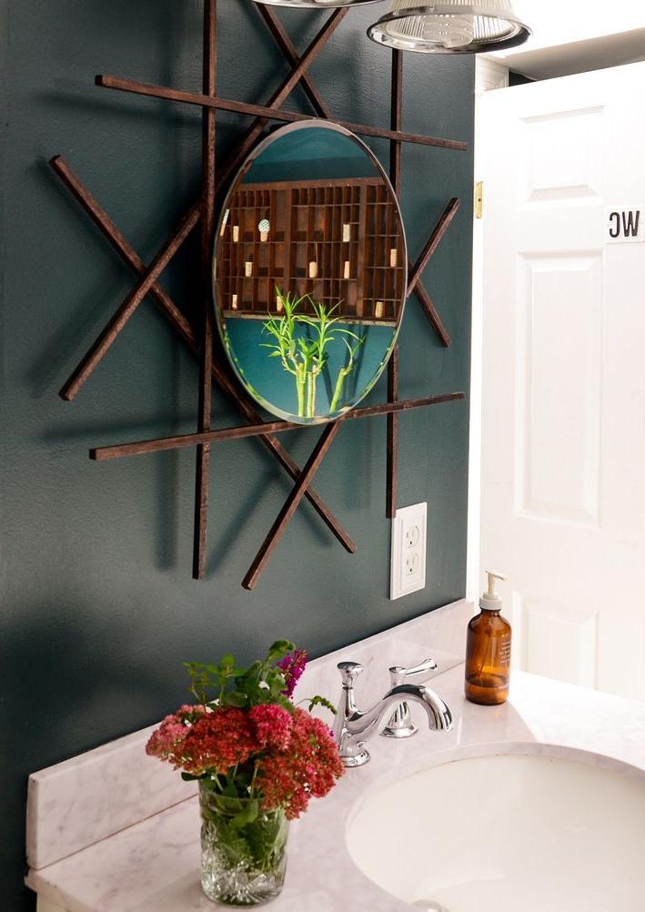 Зеркало в ванной было без рамы, и я решила сделать ее сама. С минимальными затратами у меня получился очень стильный и оригинальный вариант