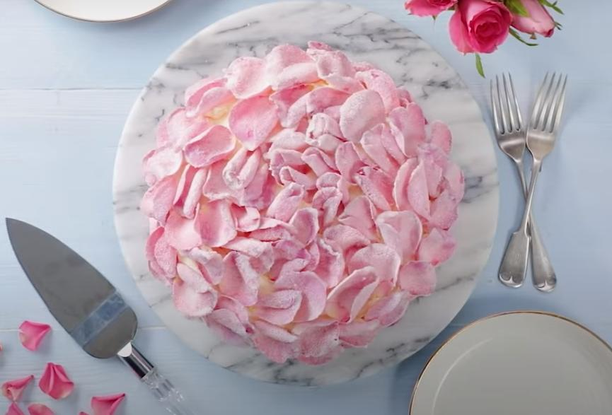 Придётся повозиться, но результат того стоит: рецепт тортика с лепестками роз