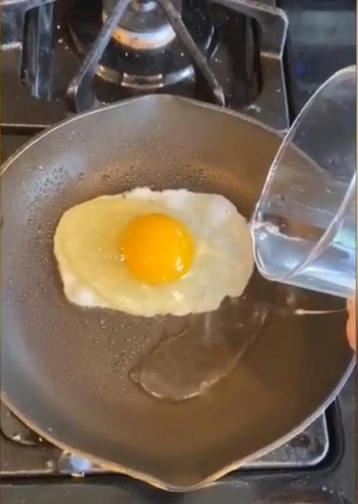 Просто добавь воды: подсмотрела у знакомого повара лайфхак для жарки яичницы-глазуньи. Теперь у меня всегда получается идеальный желток