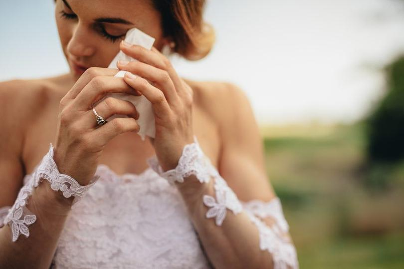 Маму невесты выгнали со свадьбы за ее грубую речь, но некоторые гости ее оправдывают