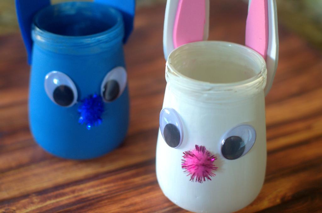 Из простых банок сделали вместе с детьми милые декоративные стаканчики. Такие поделки развивают малышей и смотрятся красиво