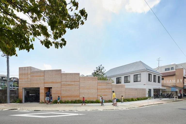 Дизайнеры построили детский сад в гуще жилого района Токио. Внутренний дворик сделан таким образом, что родители могут наблюдать за своими детьми с удобного балкончика