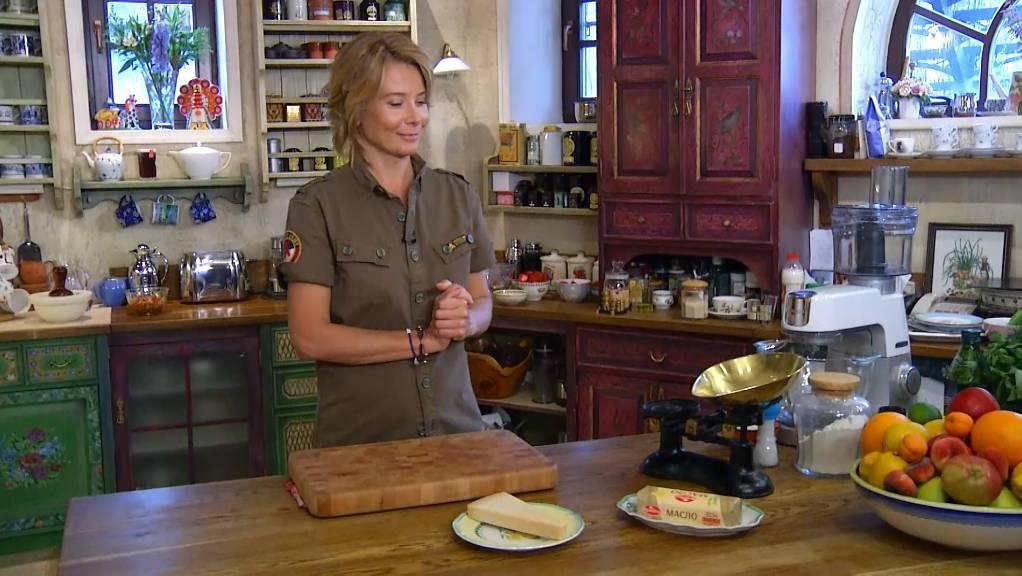 Юлия Высоцкая поделилась рецептом блинных шоколадных роллов с начинкой из творога и вишни