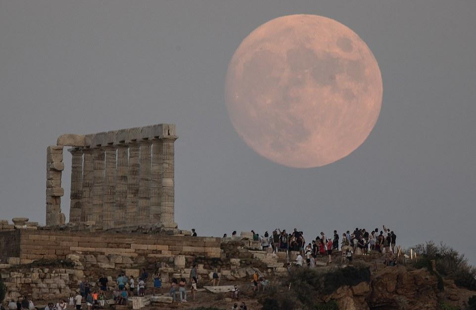 Фотографы запечатлели гигантскую розовую луну по всему земному шару, в том числе в Колумбии, Турции и Греции