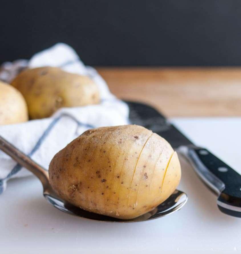 Получше чипсов! Запекаю в духовке картофель в мундире, порезанный на тонкие цельные ломтики - дети в восторге