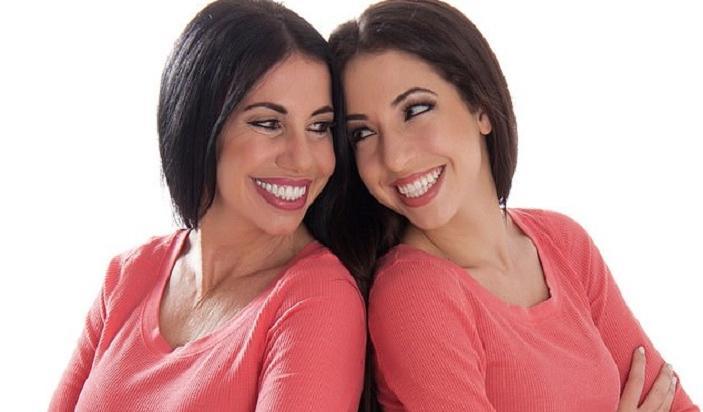 Как сестры-близняшки. В Сети обсуждают мать и дочь, похожих друг на друга как две капли воды: фото