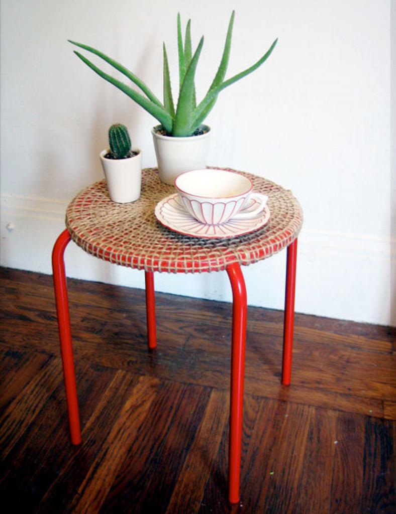 Простые металлические стулья я оригинально оплела веревкой: так они выглядят намного интереснее и уютнее