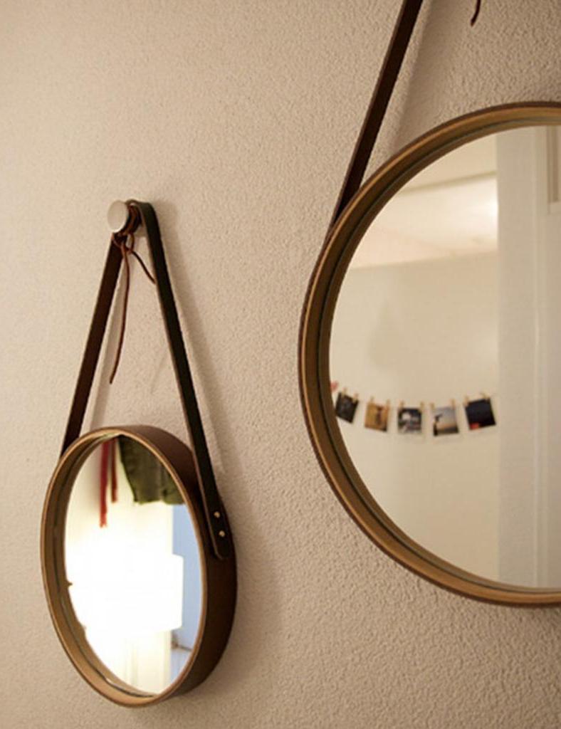 Недорогие часы я превратила в раму для зеркала на кожаном ремне: очень эффектно смотрится и затраты минимальные