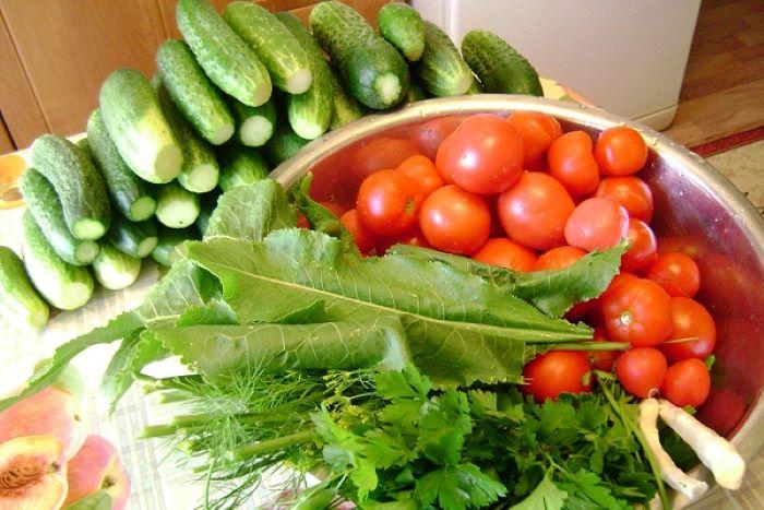 Беру огурцы, помидоры, морковку и другие овощи и делаю хрустящий салатик на зиму. Гарнир под мясо - то, что надо
