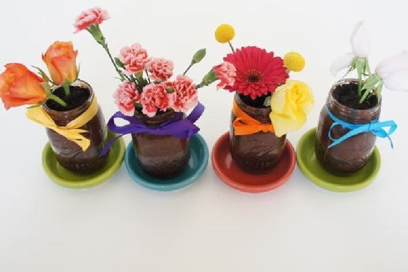 Землю есть можно, а вот цветы – необязательно: рецепт необычного угощения с эффектной подачей