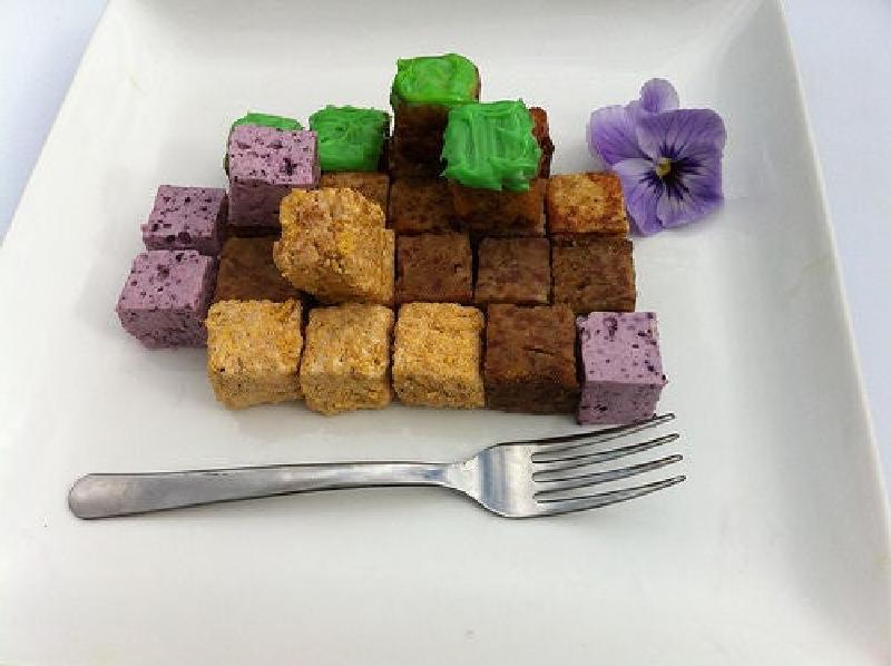 Сын обожает игру Майнкрафт. Я решила его порадовать и приготовила необычный обед в стилистике игры: сытные кубики с разными вкусами