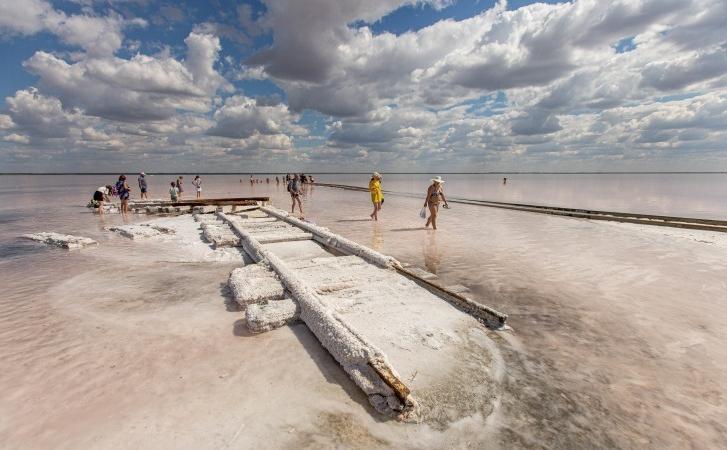 Там можно увидеть, как прямо по воде ездит поезд  Чудо Юдо , ходить босиком по соли и лежать в розовых волнах: озеро Бурсоль на Алтае не оставит равнодушным