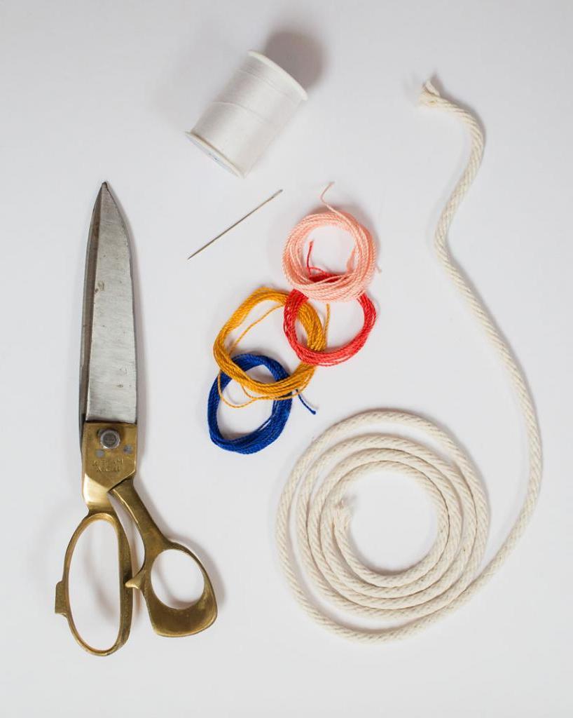 Из простой веревки я сделала красочное летнее ожерелье. Это очень экономно и просто, а смотрится симпатично