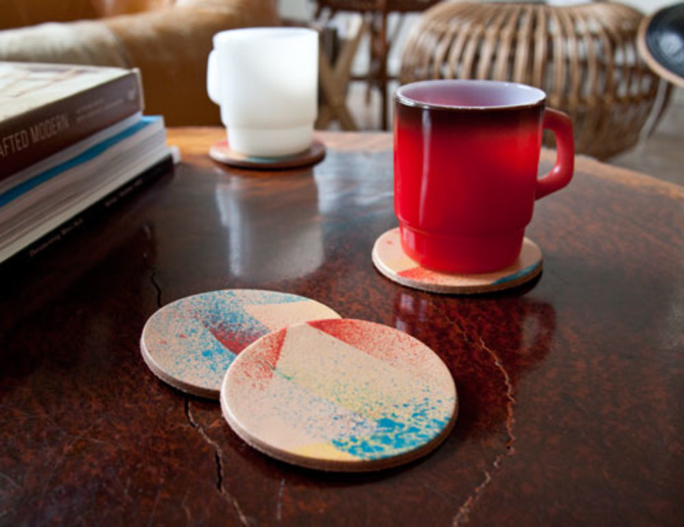 Сделали дома кожаные подставки под чашки с ярким оригинальным принтом: они красивые, необычные и очень удобные