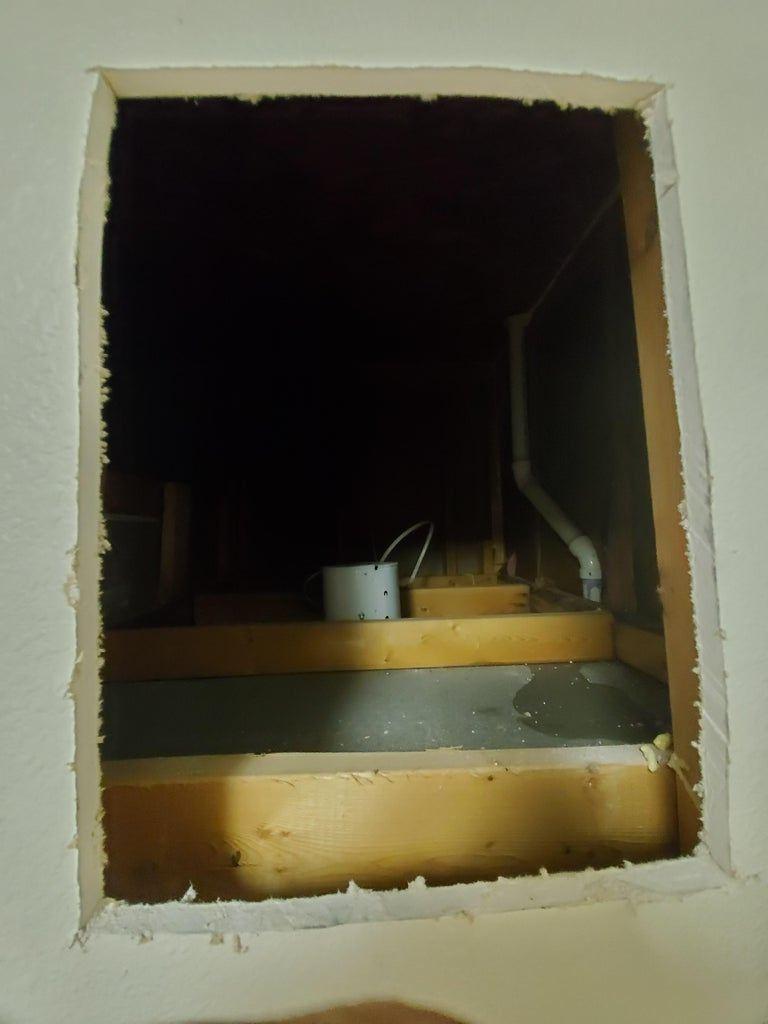 Муж с дочкой сделали в стене дырку и заставили ее холодильником. Открыв дверку, я не поверила своим глазам