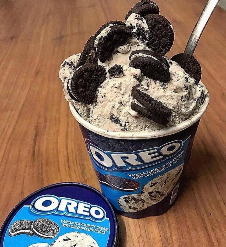 Для любителей «Орео»: супершоколадные кексы с начинкой из печенья и шапочкой из мороженого