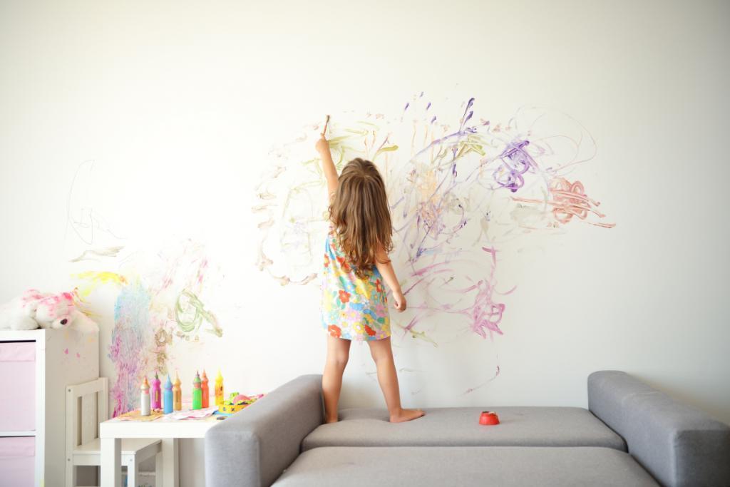Объясните, почему рисовать на стенах неправильно: советы, как отучить ребенка от этого без слез и истерик