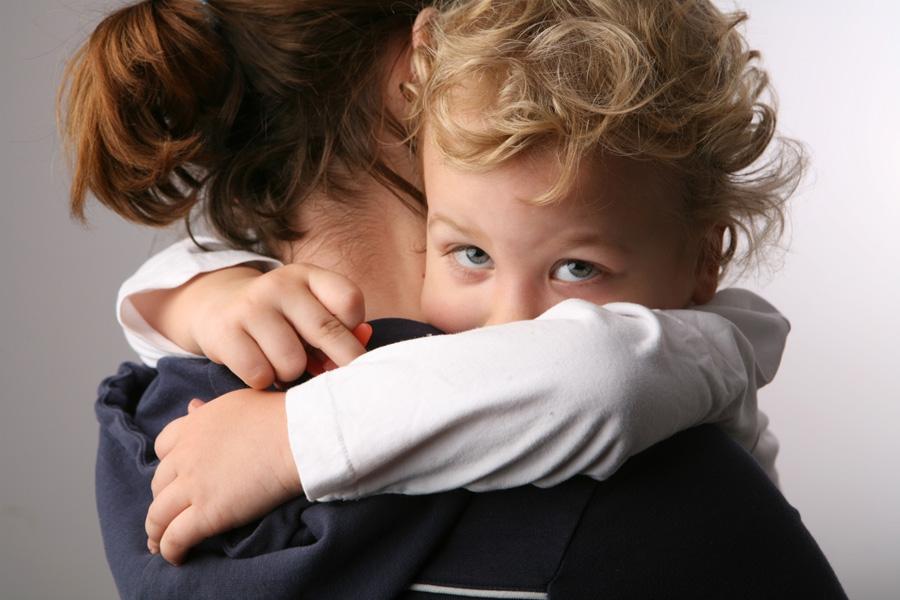 Заметила, что ребенок стал ходить за мной  хвостиком  и проситься на руки. Психолог объяснил такое поведение