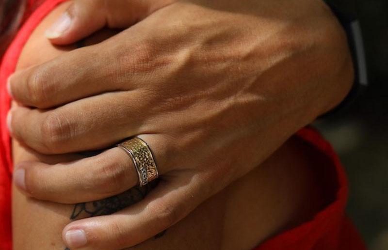 Молодожены уронили кольцо, когда плавали в пещере. Шансов найти его почти не было, но чудо случилось