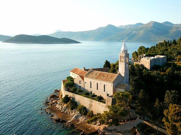 Вы и 9 друзей можете остановиться в монастыре XV века на уединенном острове в Хорватии. Цена вопроса – 1000 евро за ночь с каждого