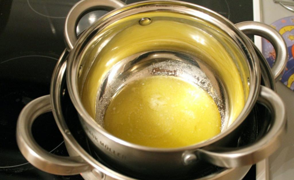 Гораздо вкуснее, чем на сковороде. Чтобы оладушки не были слишком жирными, готовлю их в духовке с луком и яйцом