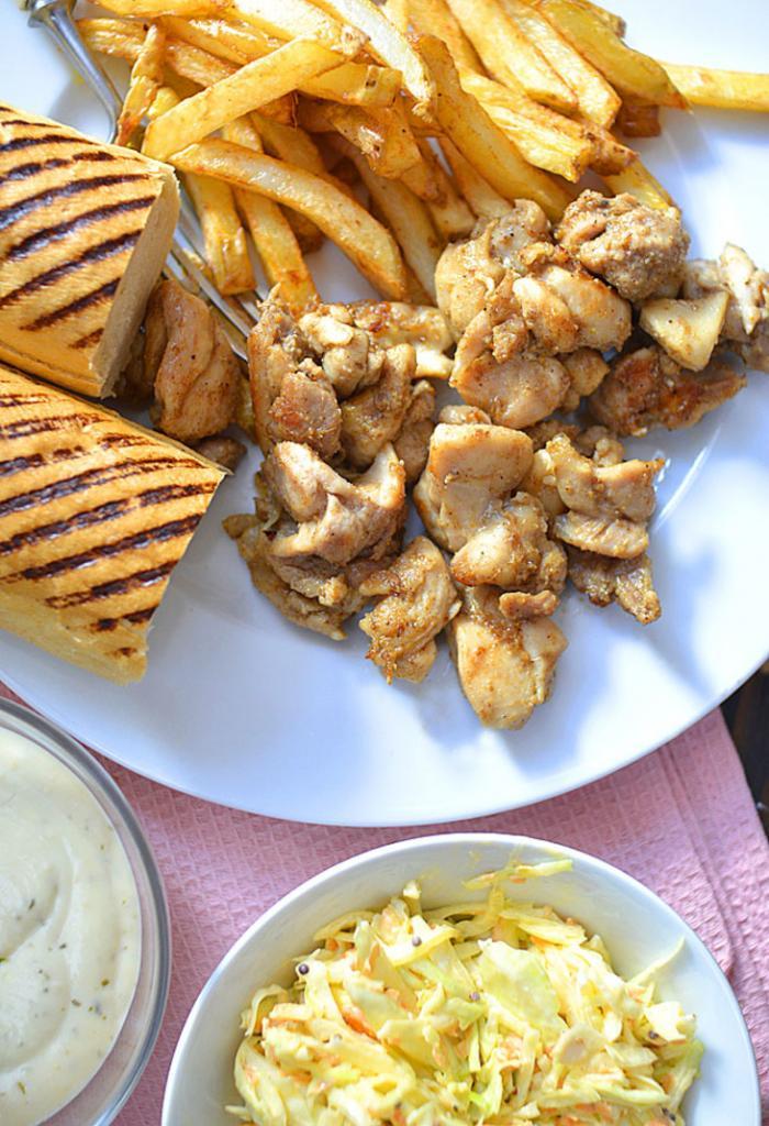 Попробовала сделать куриную шаурму и подать с салатом и картошкой : вкусно