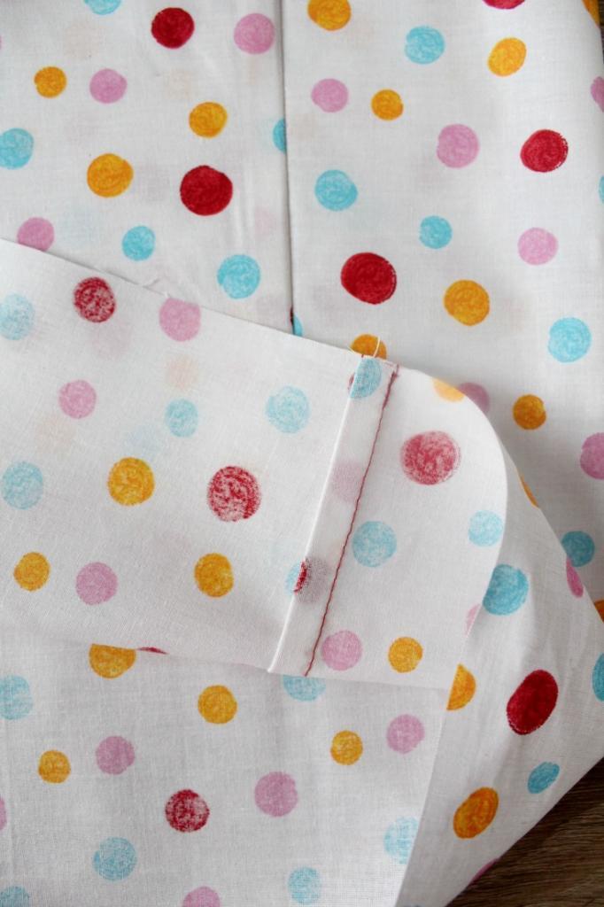 Из милой ткани в горошек я сшила прелестное детское платье. Никогда до этого не шила, но получилось очень симпатично