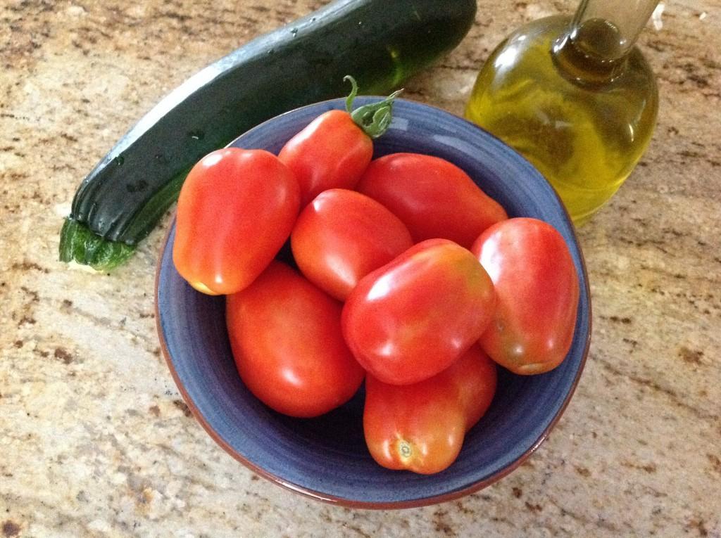 Что делать с урожаем кабачков и помидоров: готовлю из них вкусный летний суп