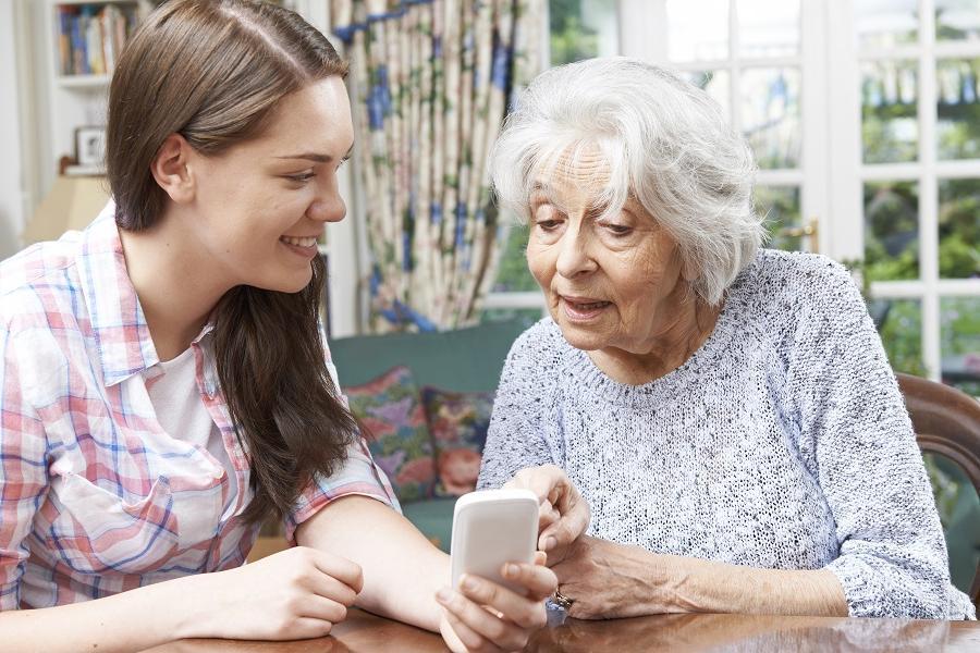 Как я научила свою бабушку пользоваться смартфоном: в первую очередь рассказала ей о мошенниках