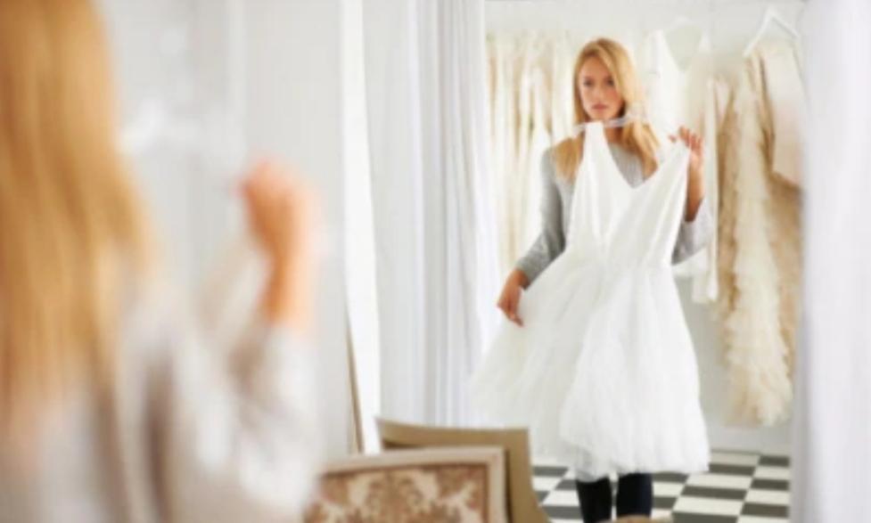 Невеста выбрала платье подружки для своей сестры-близнеца. Наряд стал поводом для серьезной ссоры между девушками