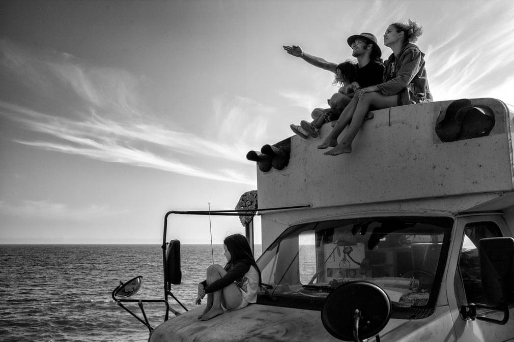 Супруги с маленькими детьми переехали из Бразилии в Лос-Анджелес с планом: жить в переоборудованном школьном автобусе и преследовать американскую мечту (фото)