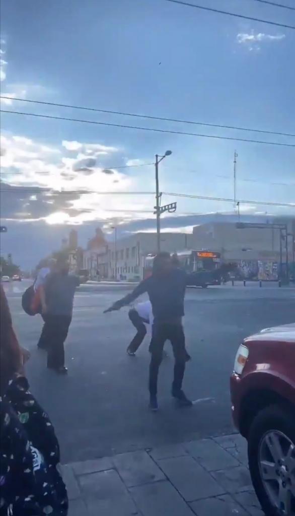 Мужчина включил громкую музыку и попросил людей танцевать вместе с ним: импровизированный флешмоб удалось снять на видео, которое впоследствии стало вирусным