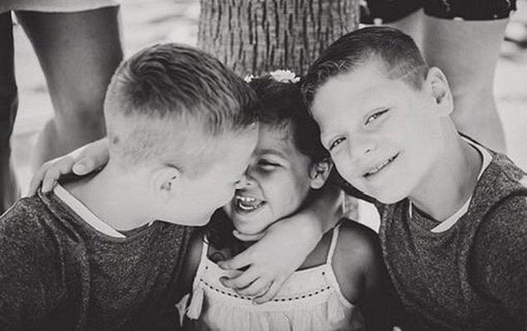 У темнокожей мамы и отца европейца родились необычные дети. Как выглядят сыновья и дочь межрасовой пары (фото)