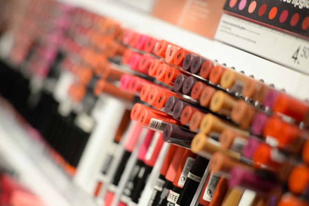 Помада вместо румян и подделки известных брендов: лайфхаки по созданию прекрасного макияжа без лишних затрат