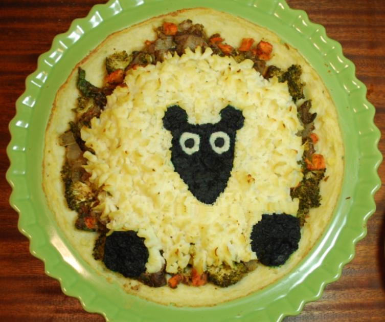 Овощной пирог с забавной овечкой из картофельного пюре: рецепт сытного лакомства
