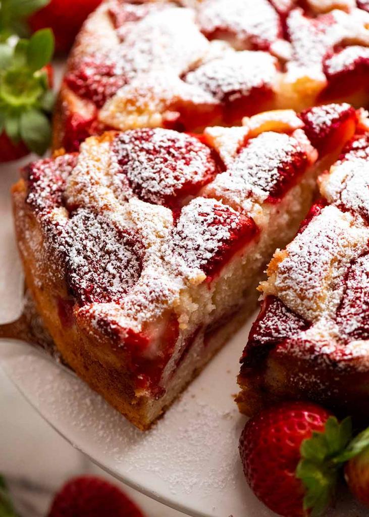 Ни миксера, ни сливочного масла – только миска и деревянная ложка: рецепт простого клубничного торта от ведущего фуд блогера Австралии