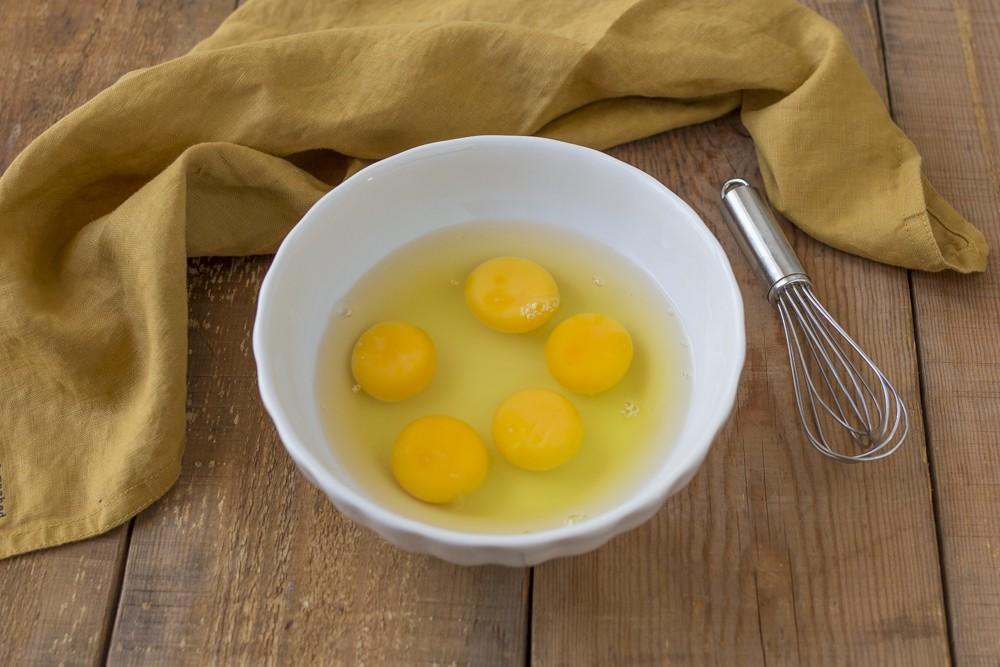 На завтрак приготовила яичный омлет и завернула в него колбасу, зелень и сливочный сыр: жаль, что не готовила такой раньше