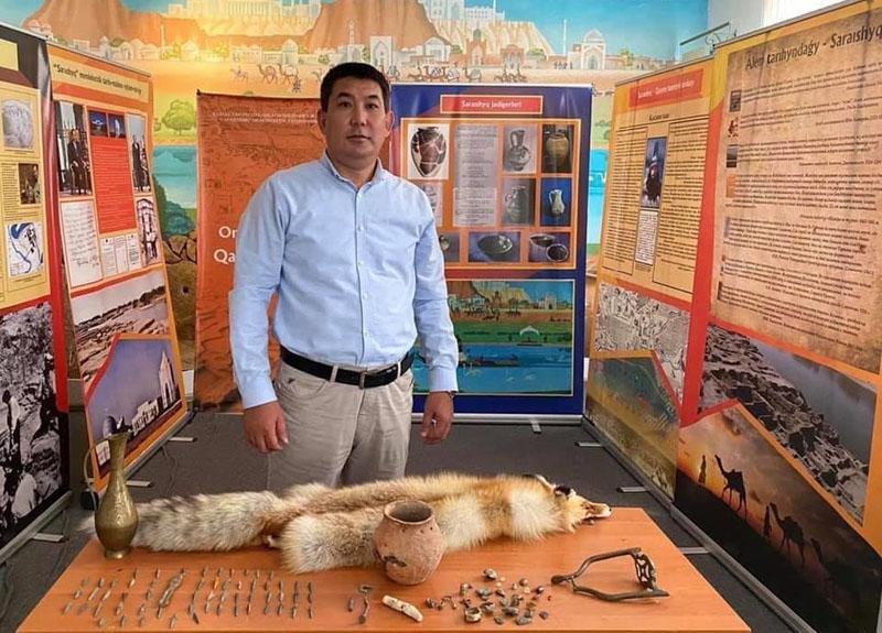 Житель Казахстана подарил музею артефакты бронзового века