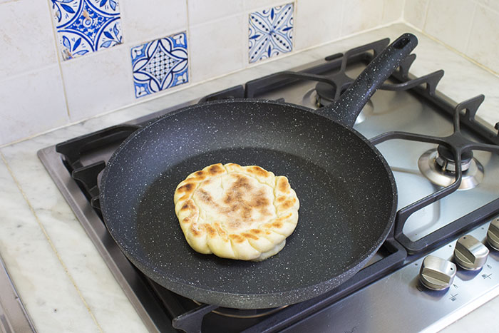 Теща научила меня жарить на сковороде булочки с ветчиной и сыром   как в восточных ресторанах. Последний раз хлеб покупали еще весной