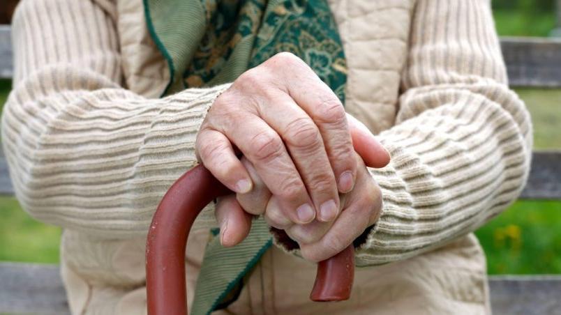 88 летняя бабушка из за обиды на родственников ушла жить к разносчице пенсии: сострадание или корысть со стороны  благодетельницы