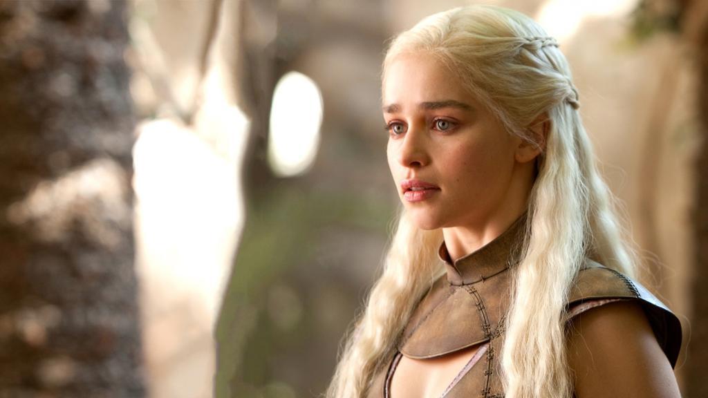 Сколько ей лет и в какой момент она была лысой: факты о Дейенерис из Игры престолов, которые можно узнать только из книг
