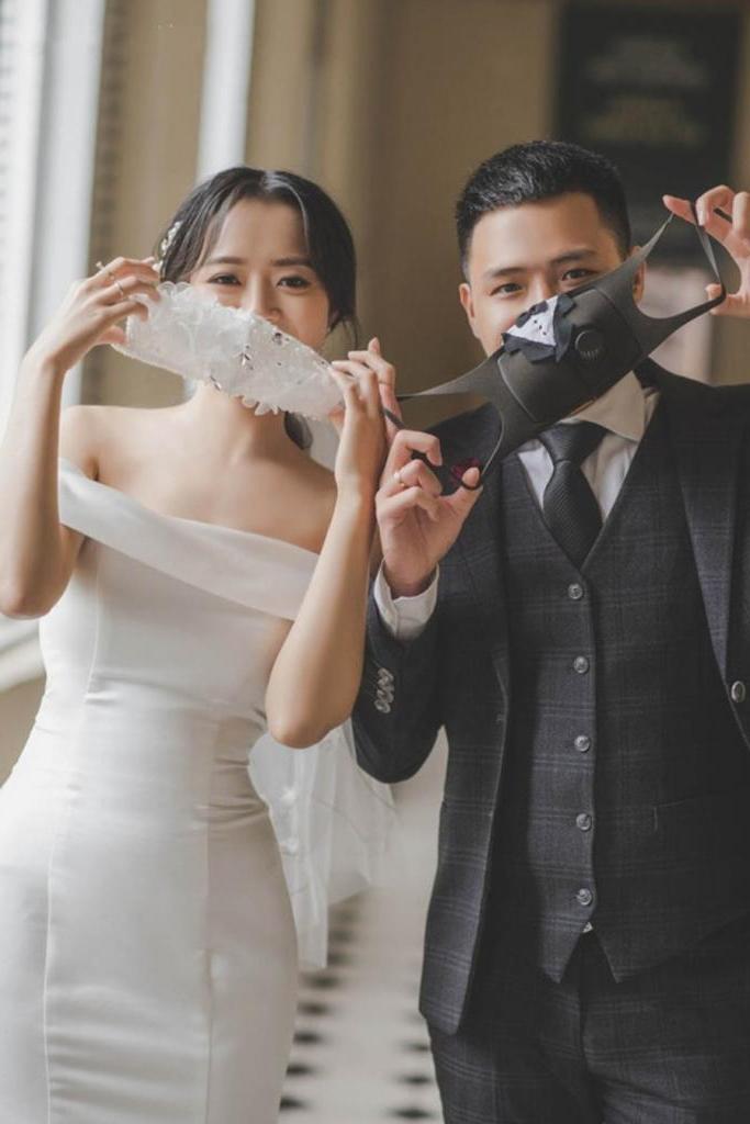 Жених с невестой превратили маски в стильный свадебный аксессуар: фото