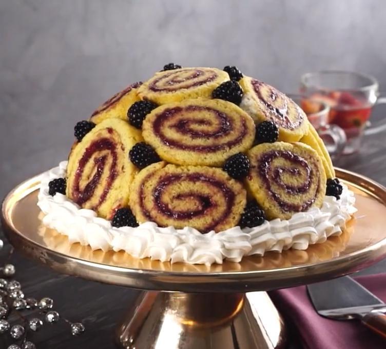 Делаю вкусный рулет с ежевичным вареньем и превращаю его в торт: удивительно, насколько все просто
