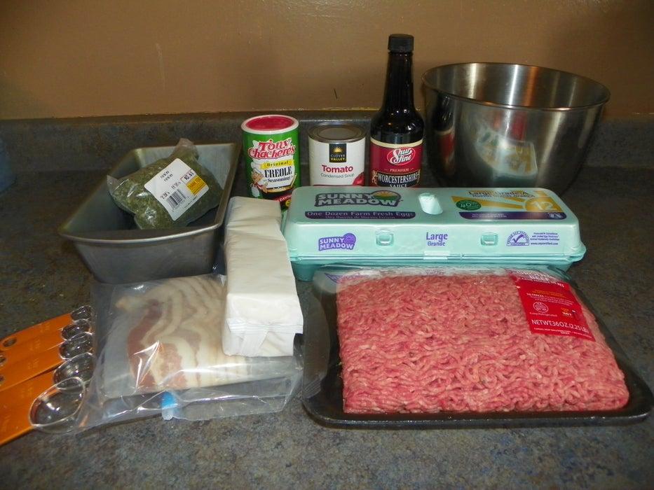 Простой в приготовлении рулет из фарша, бекона и специй: рецепт