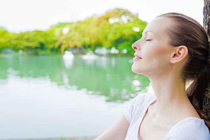 Когда нужно быстро успокоиться, ополаскиваю лицо или спину: советы психолога