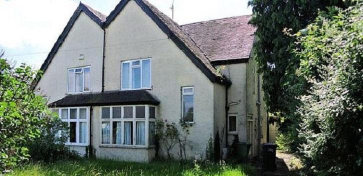 Женщина хотела жить рядом с родителями, поэтому купила старый соседский дом и сделала там ремонт: фото