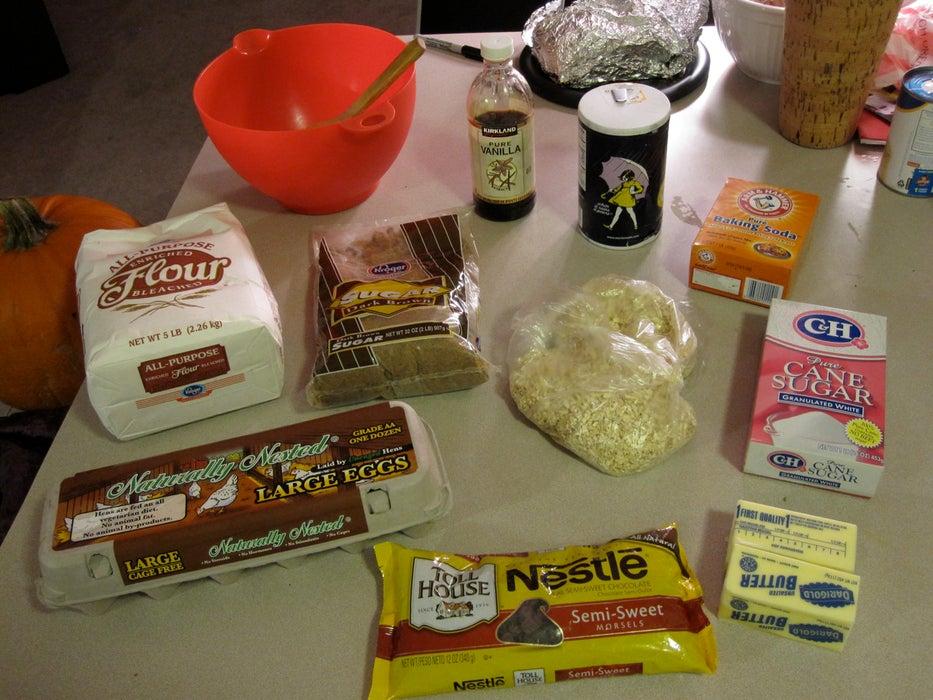 Выпекаю огромные печенья, а между ними кладу мороженое: рецепт праздничного пирога