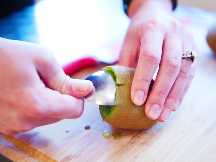 10 продуктов, которые многие чистят и режут неправильно. Спелые киви можно раздавить ножом - чистите их ложкой