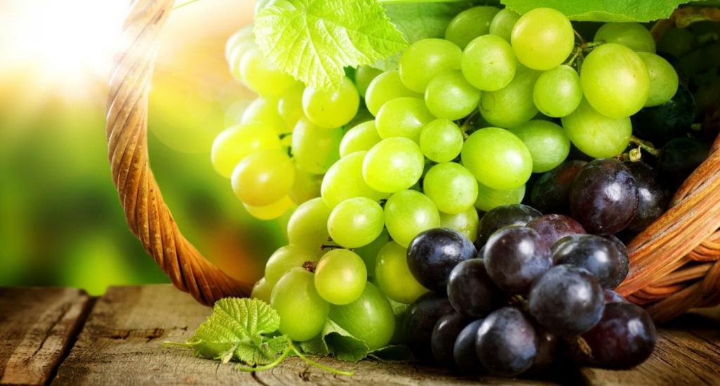 Если при покупке винограда вам предложили его попробовать, отщипывайте ягодку снизу грозди: совет, который ни разу меня не подвел